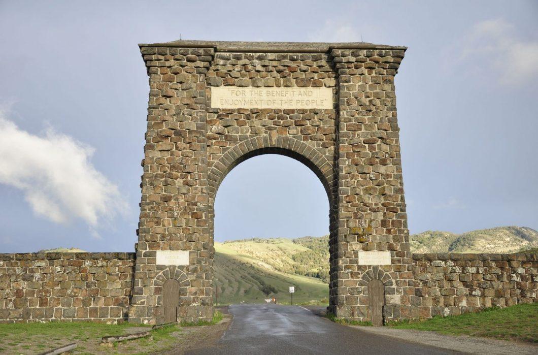 cropped-yellowstone_north_gate2.jpg